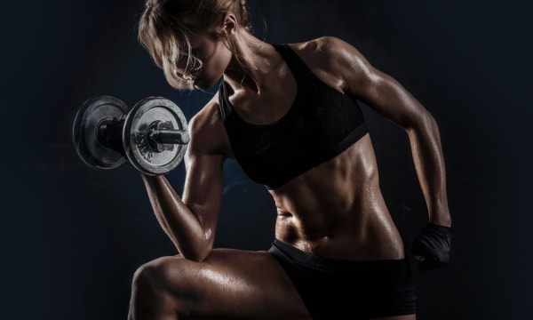 Упражнения с гантелями для девушек в тренажерном зале